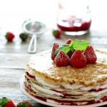 Pandekage-lagkage med jordbær/hindbær og flødeskum
