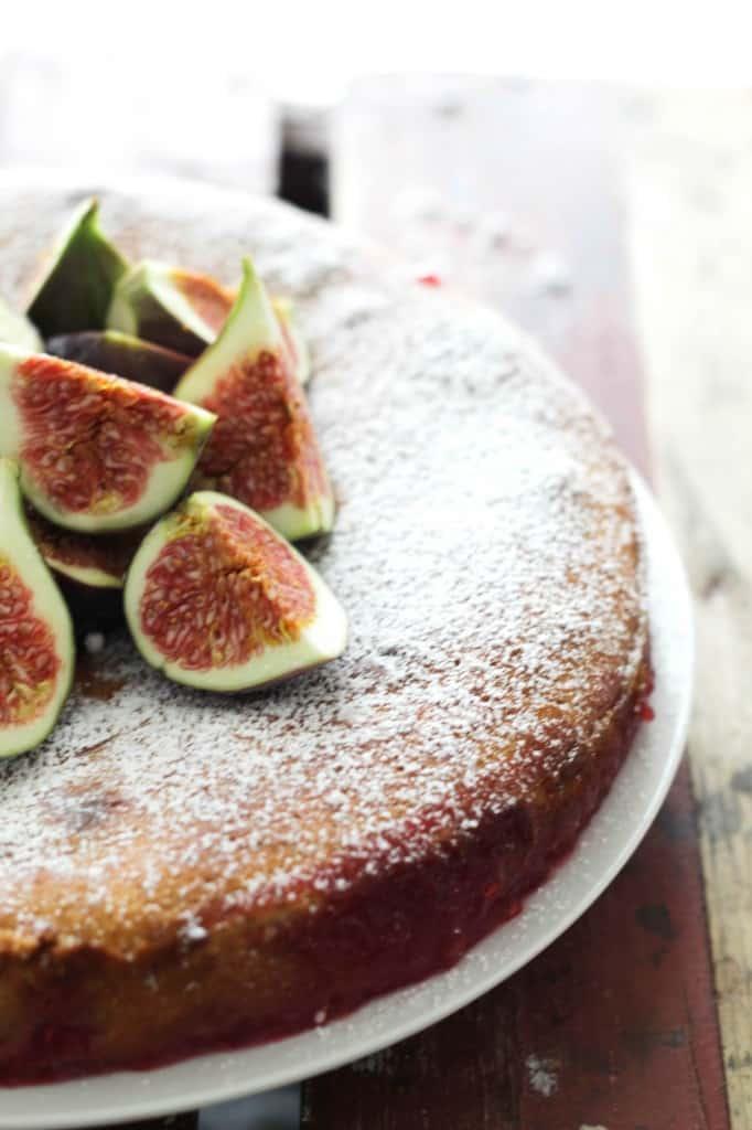 Down-sidedown kage med friske figner og hindbær