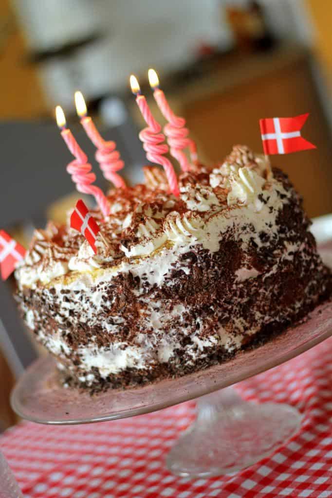 Lagkage med luftige lyse bunde, vaniljecreme og mørk chokoladecreme