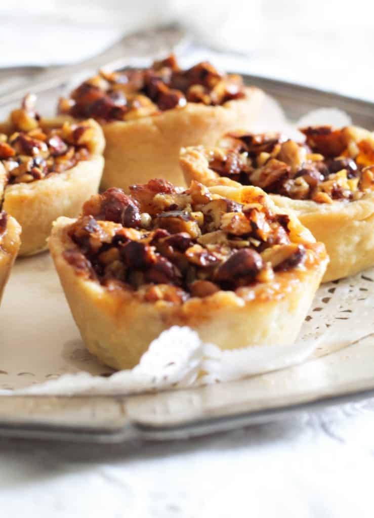 små æbletærter med karamel og nødder