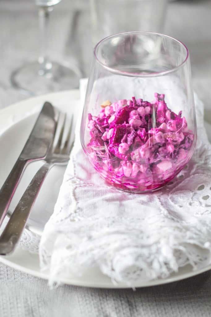 Pinksalat med rødbede/rødkål og hytteost