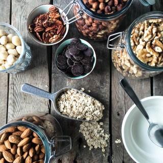 chokolade og nødde granola - opskrift på mysli med nødder og chokolade