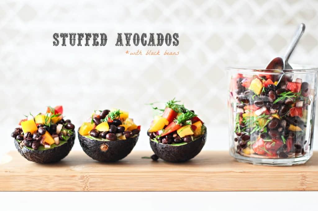 Fyldte avocadoer med sorte bønner