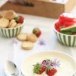 Hjemmelavet kærnemælkskoldskål med æg og fløde
