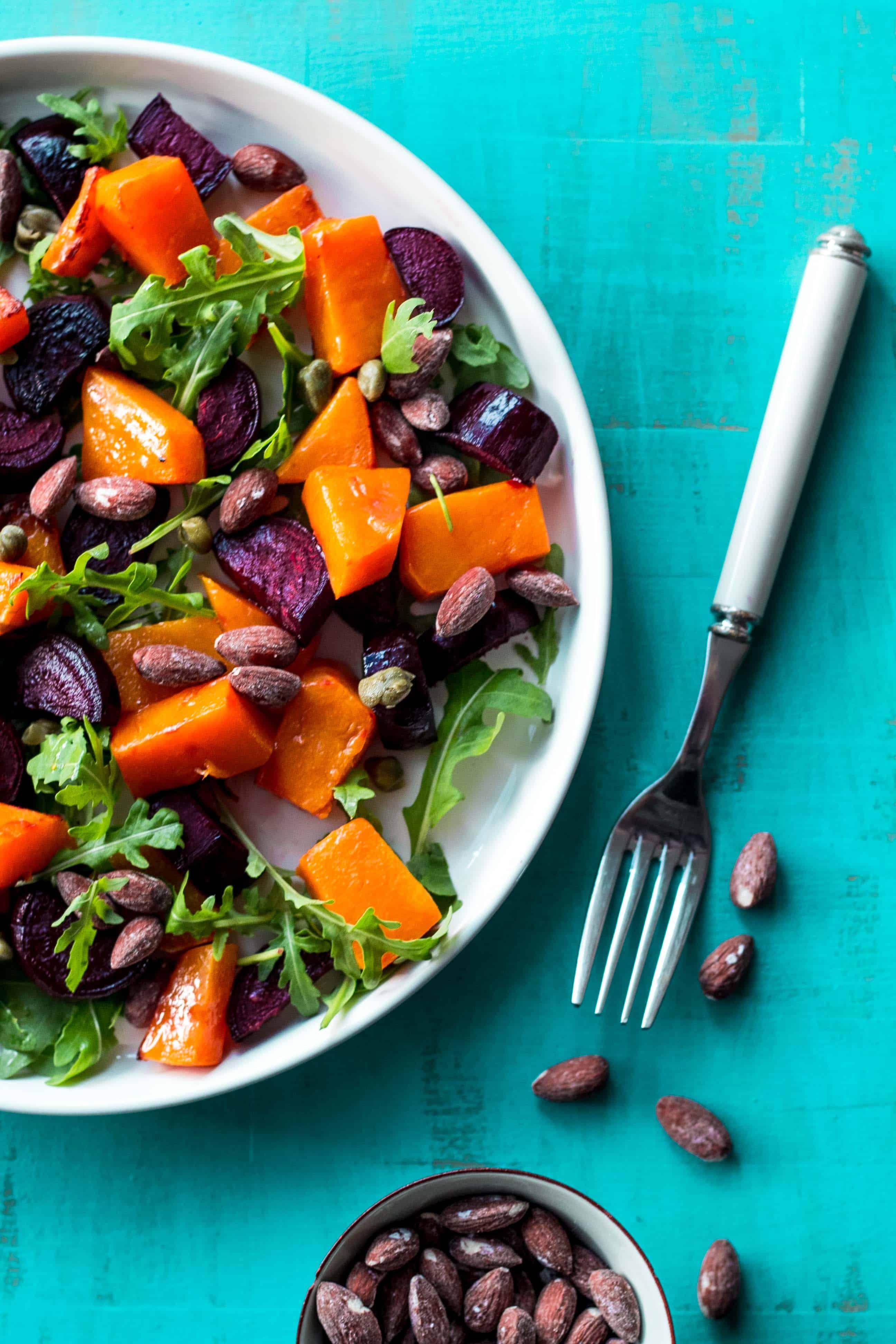 Græskar/rødbede-salat med rucola og saltede mandler