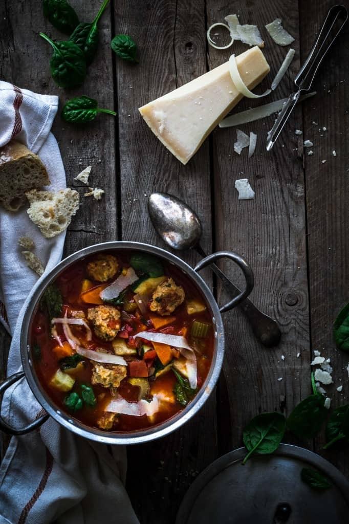 Grøntsagssuppe med kyllingeboller og parmesan