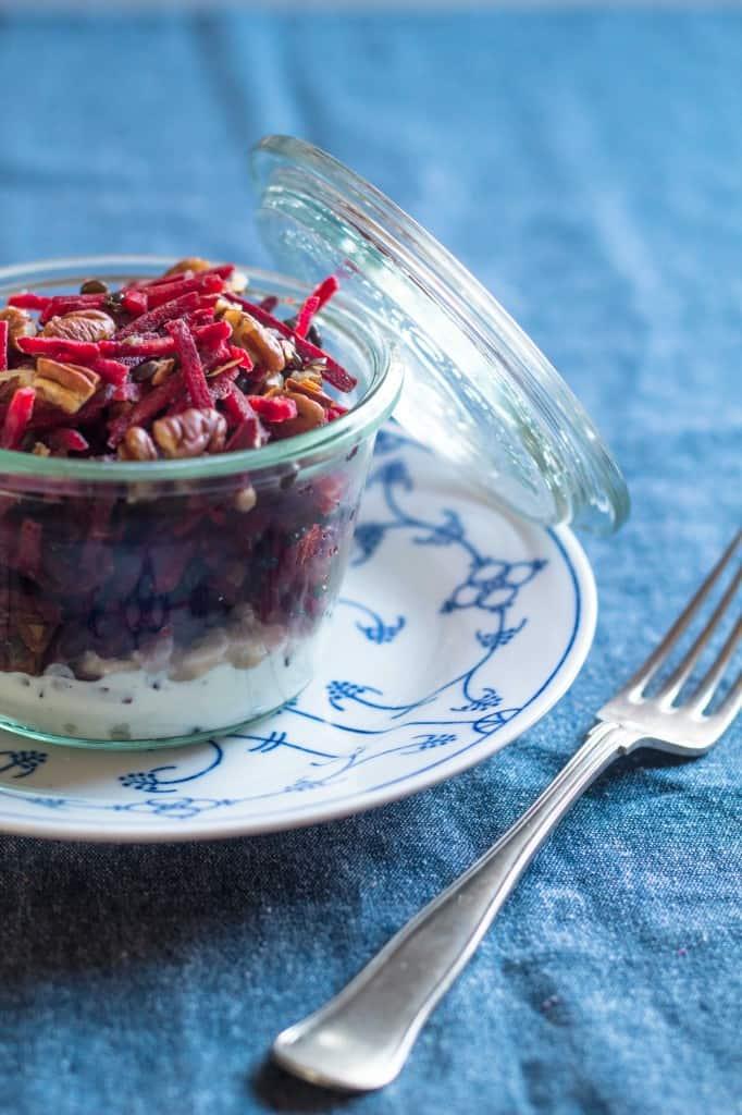 Rå rødbedesalat med linser, pecannødder og hytteost