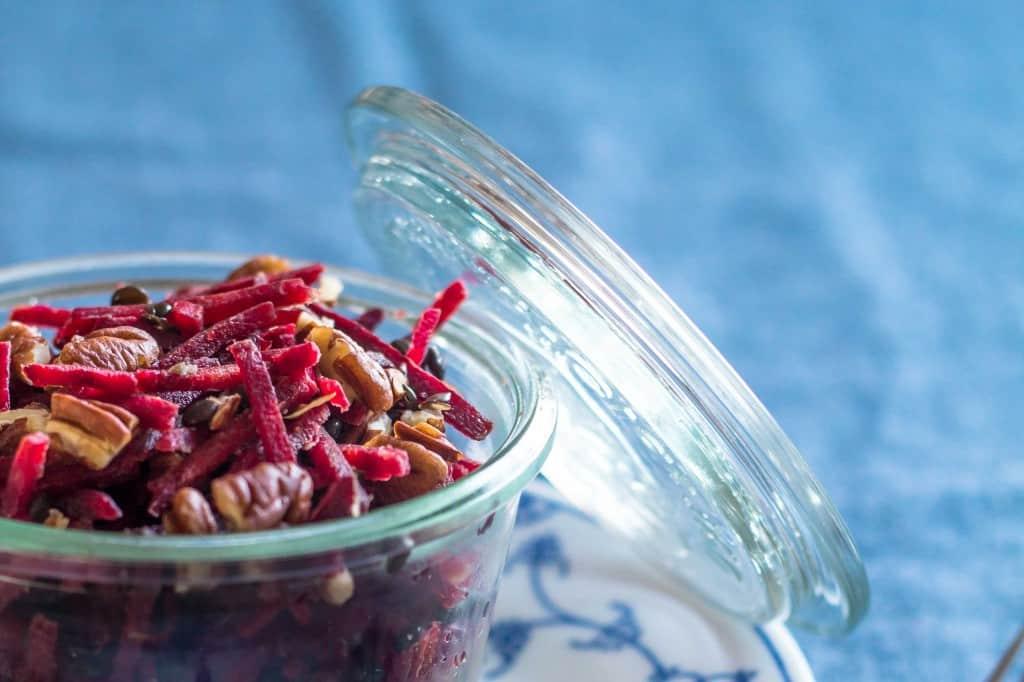 opskrift på rødbedesalat med nødder og hytteost - salat til madpakken (3)