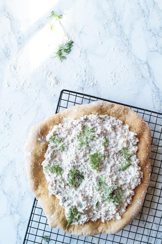 Pizza med tun/hytteostsalat