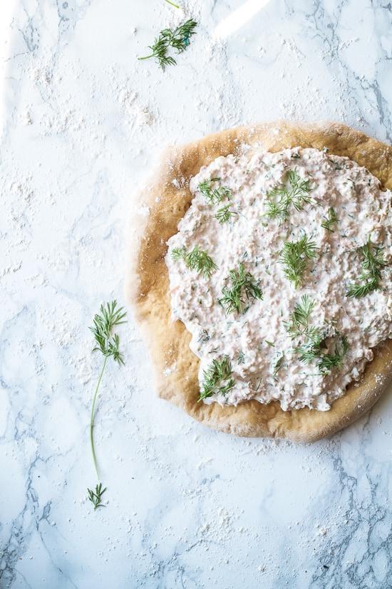 Pizza med tun - sprød pizzabund - foodstyling - opskrift (5)