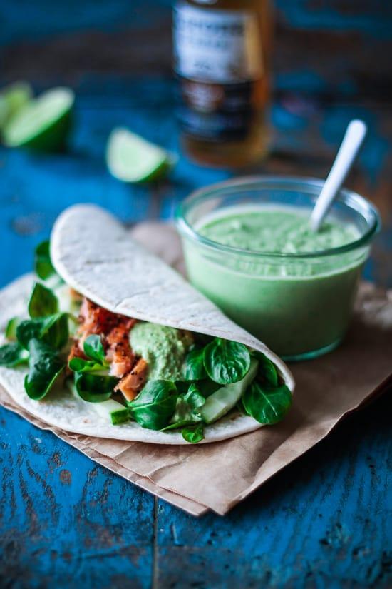 tortilla med laks og ærtehummus - mexicansk mad - opskrift (1)
