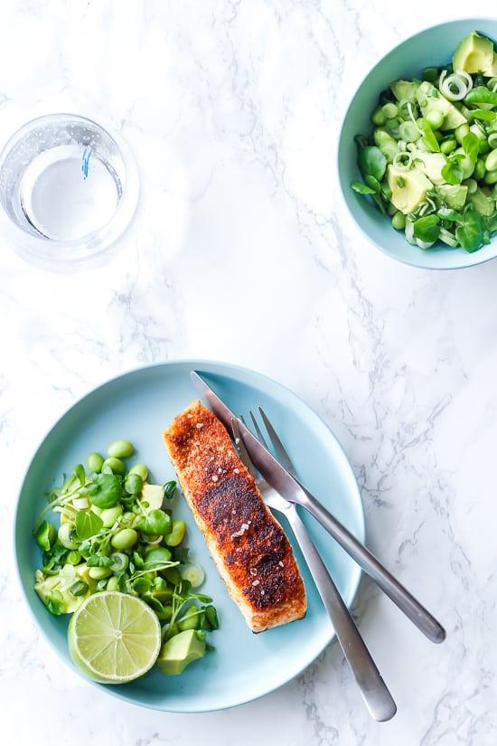 Grillet laks med avocadosalat – nem hverdagsmad med fisk
