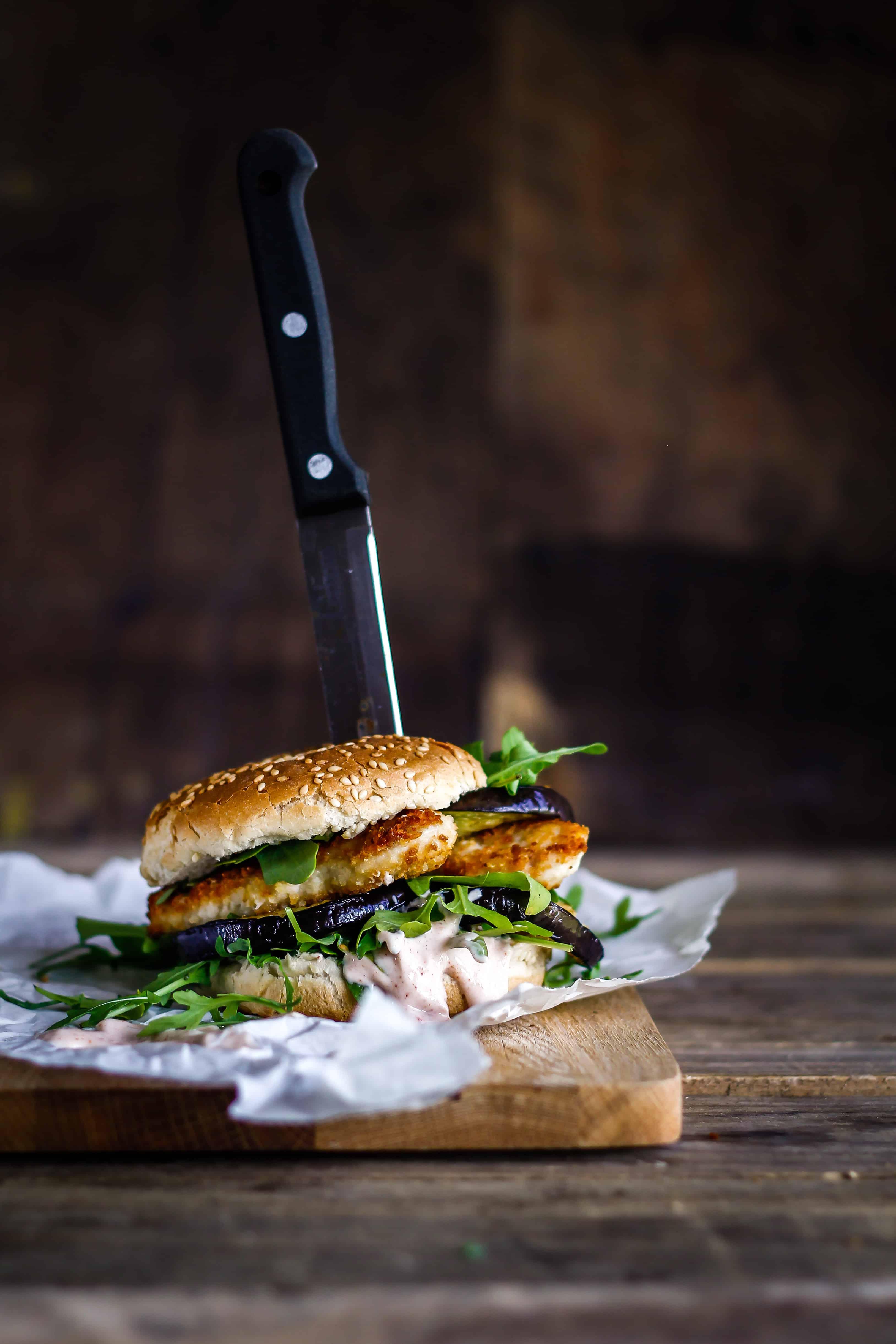 Sprød kyllingeburger med grillet aubergine og chilidressing