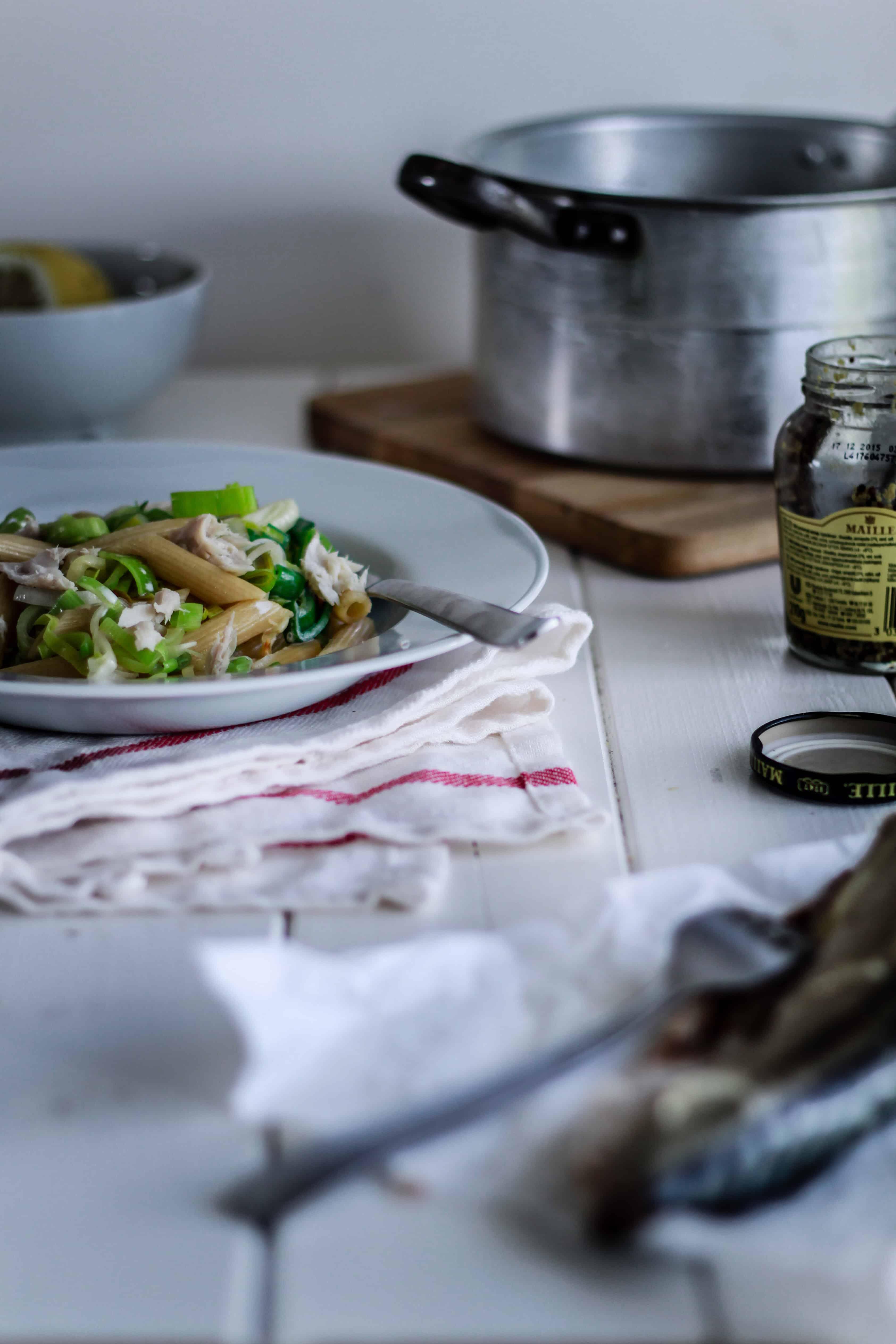 Pasta med porrer, flødesauce og røget makrel