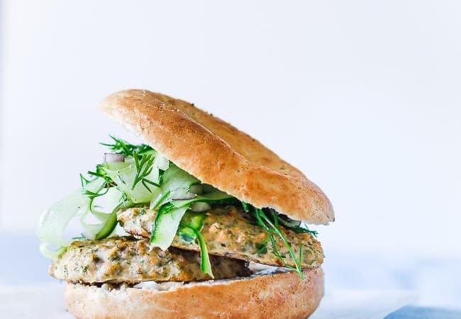 laksebøf med agurkesalat - bagels - aftensmad opskrift