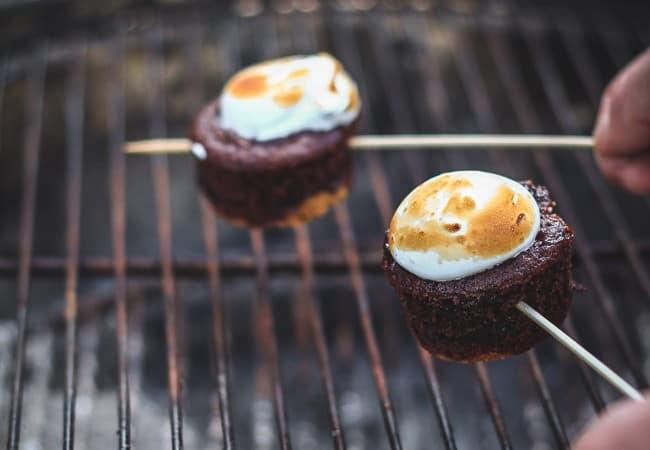 smores cupcakes - chokolade muffins - marengs cupcakes - smores opskrift