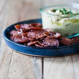 salami chips - spegepølse - kikærtedip - sund snack - opskrift