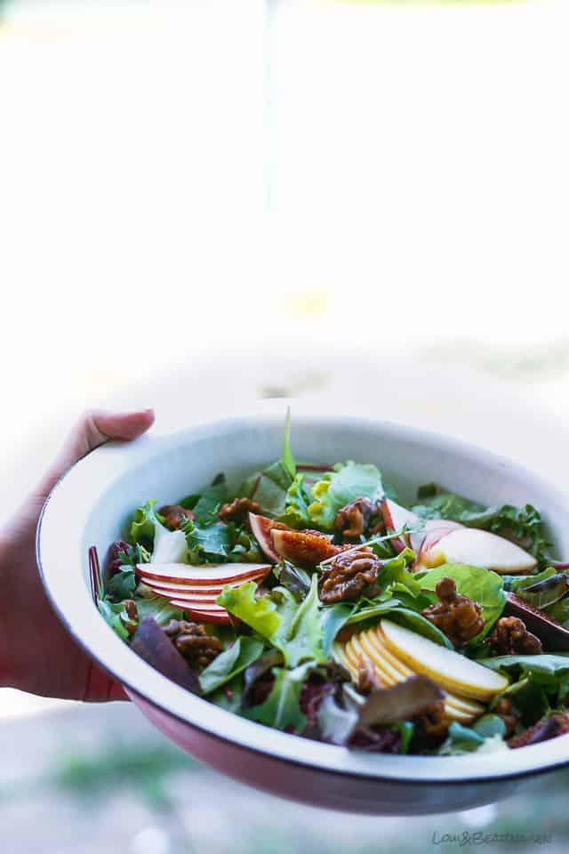Salat med æble, figner og saltede, karameliserede valnødder