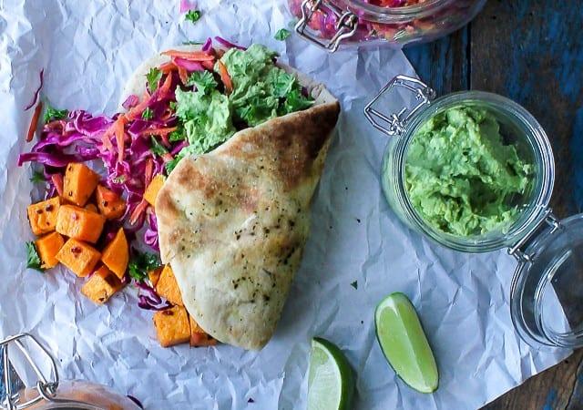 Fladbrød med kålsalat, søde kartofler og avocado - sandwich - madpakke - opskrift