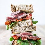 Steak Sandwich - samdwich med bacon og kød - frokost opskrift