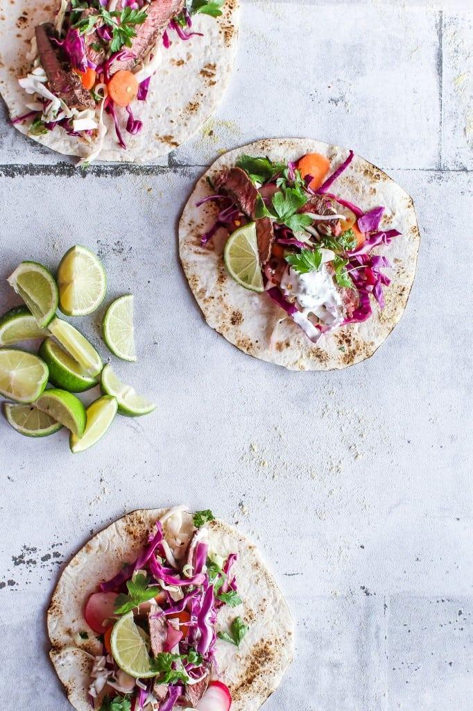 Tacos med syrlig salat, krydret oksekød og jalapenodip - opskrift