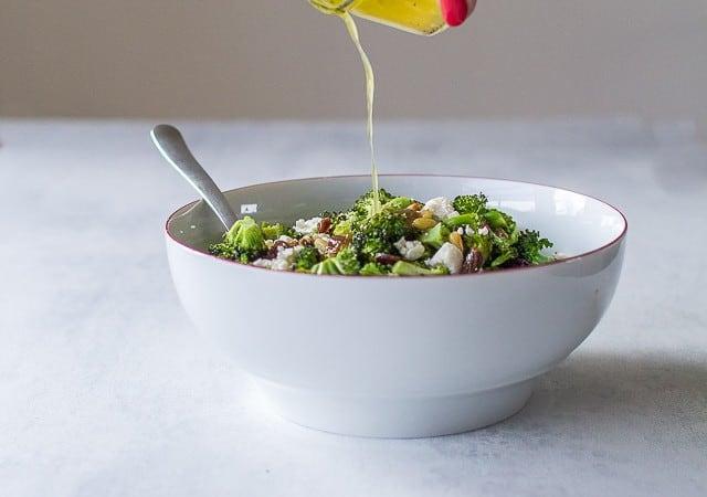 broocolisalat med pinjekerner, feta og rosiner - syrlig salat med broccoli - opskrift