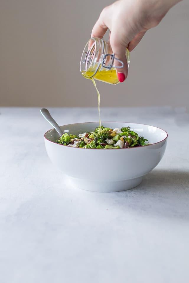 broccolisalat med pinjekerner, feta og rosiner - syrlig salat med broccoli - opskrift