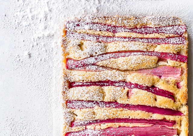 rabarberkage med mandelmel - opskrift med rabarber