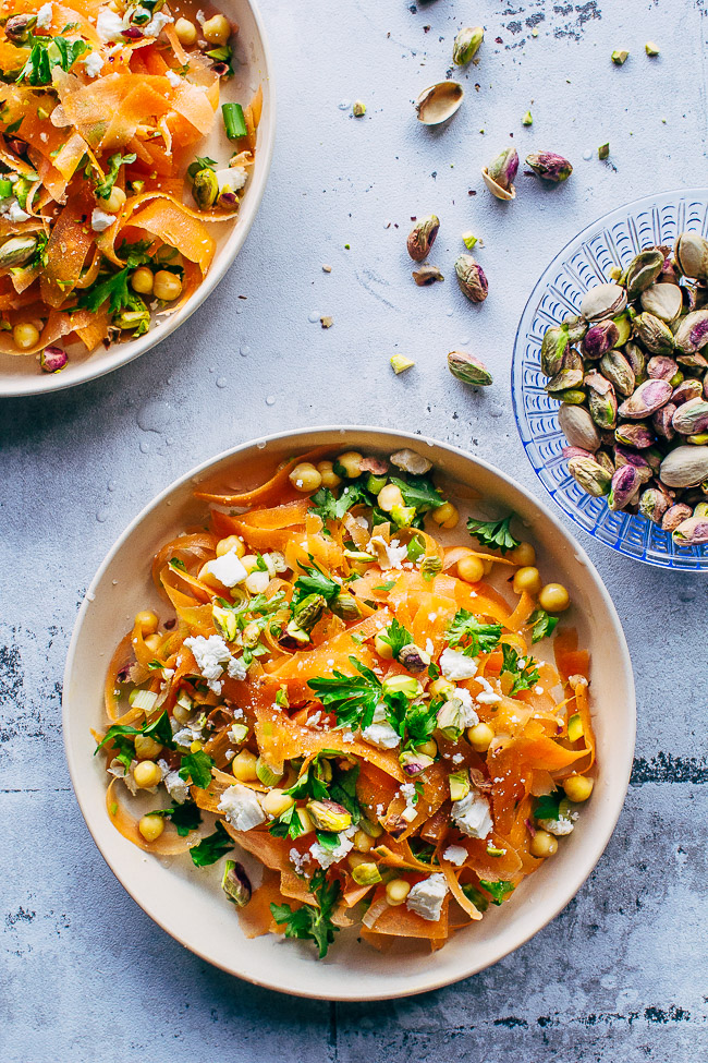 marrokansk gulerodssalat med kikærter, feta og pistchienødder - opskrift på krydret salat