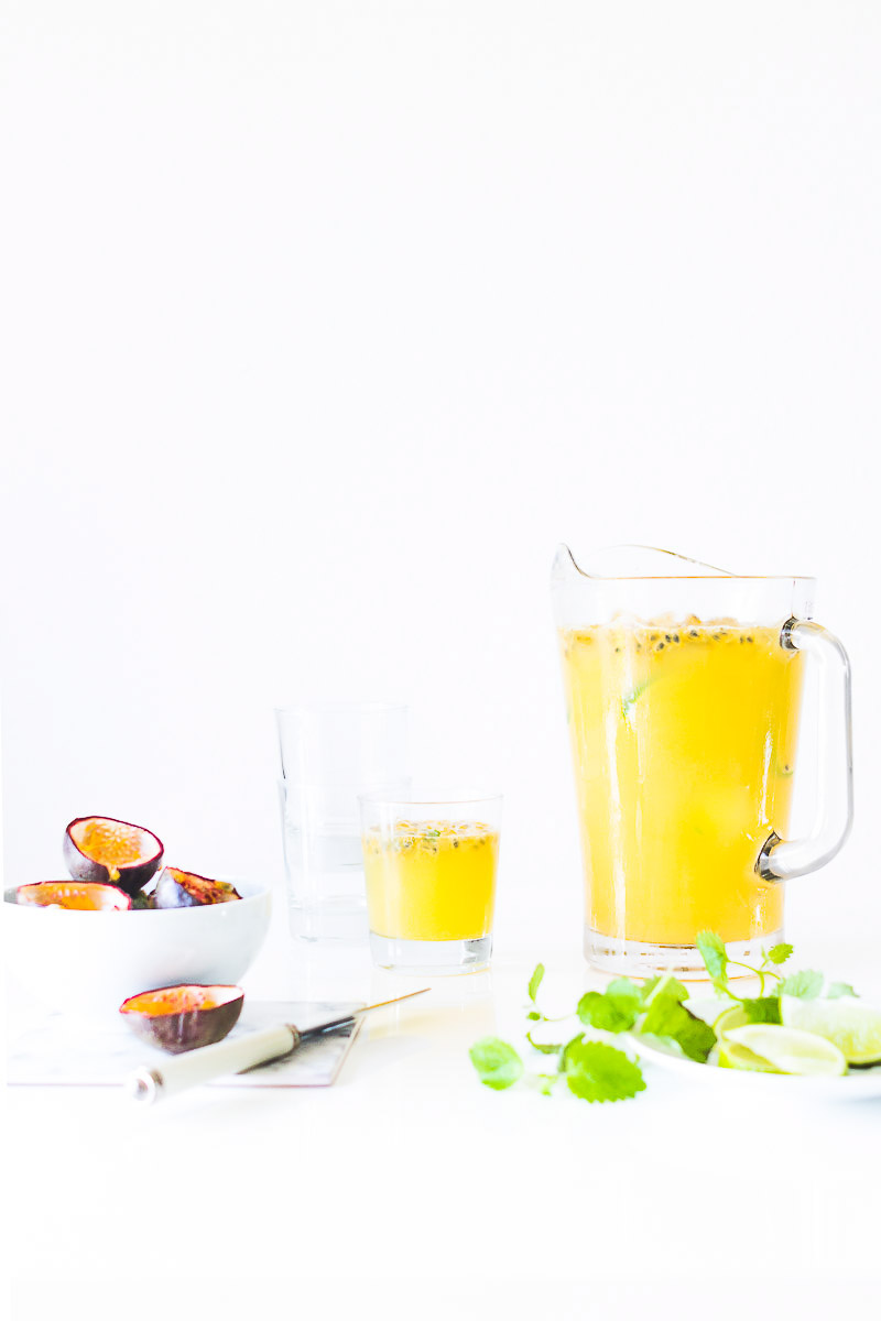 Drink med passionsfrugt, lime og mynte