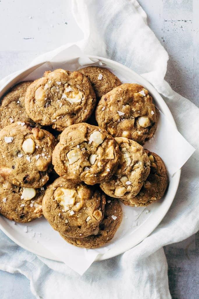 cookies-med-hvid-chokolade-og-noedder