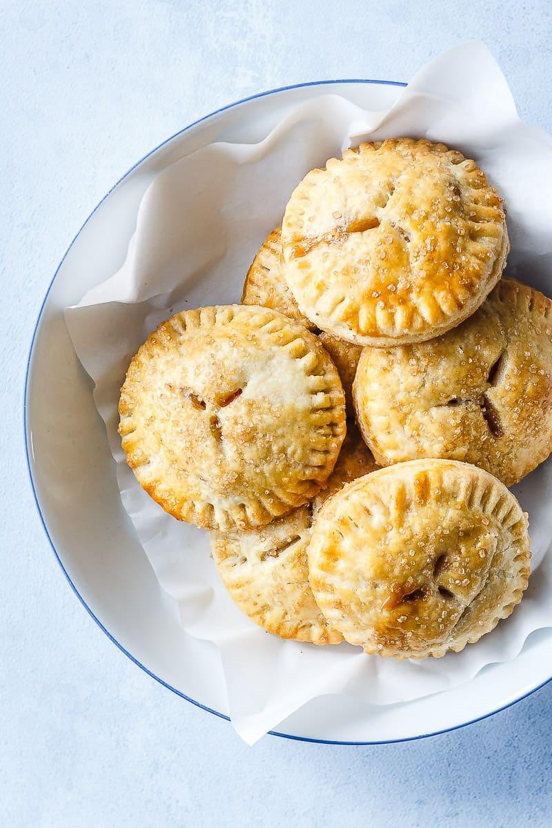 apple-hand-pies-smaa-aebletaerter-opskrift-paa-aebletaerte