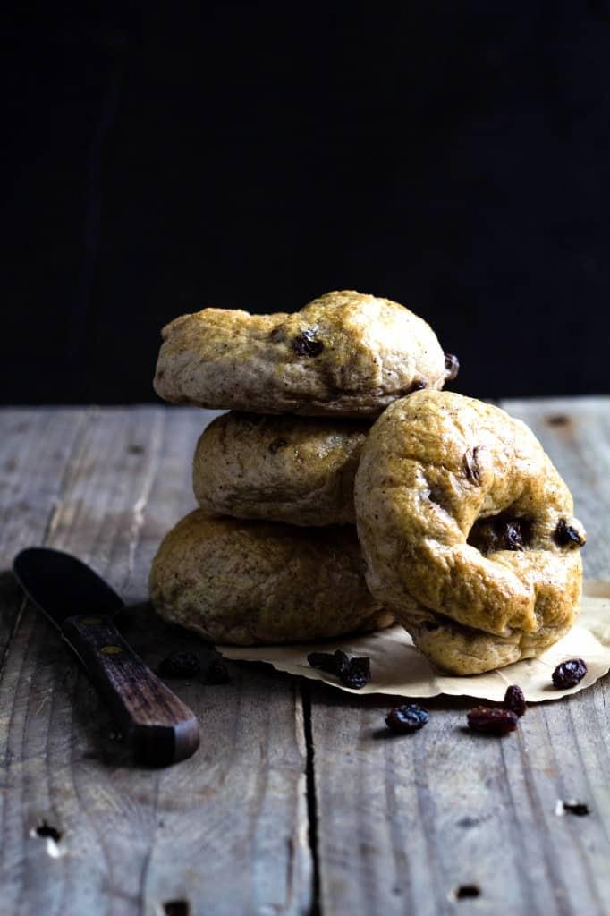bagels-med-kanel-og-rosiner-opskrift-paa-soede-bagels-med-kanel-1