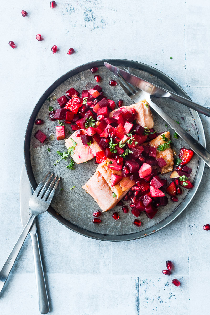 Stegt laks med lun rødbede-appelsin-æblesalat