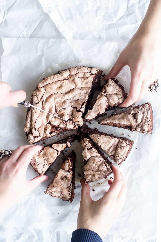 kab et livligt madbillede med flere hænder_foodstyling_madfotografering