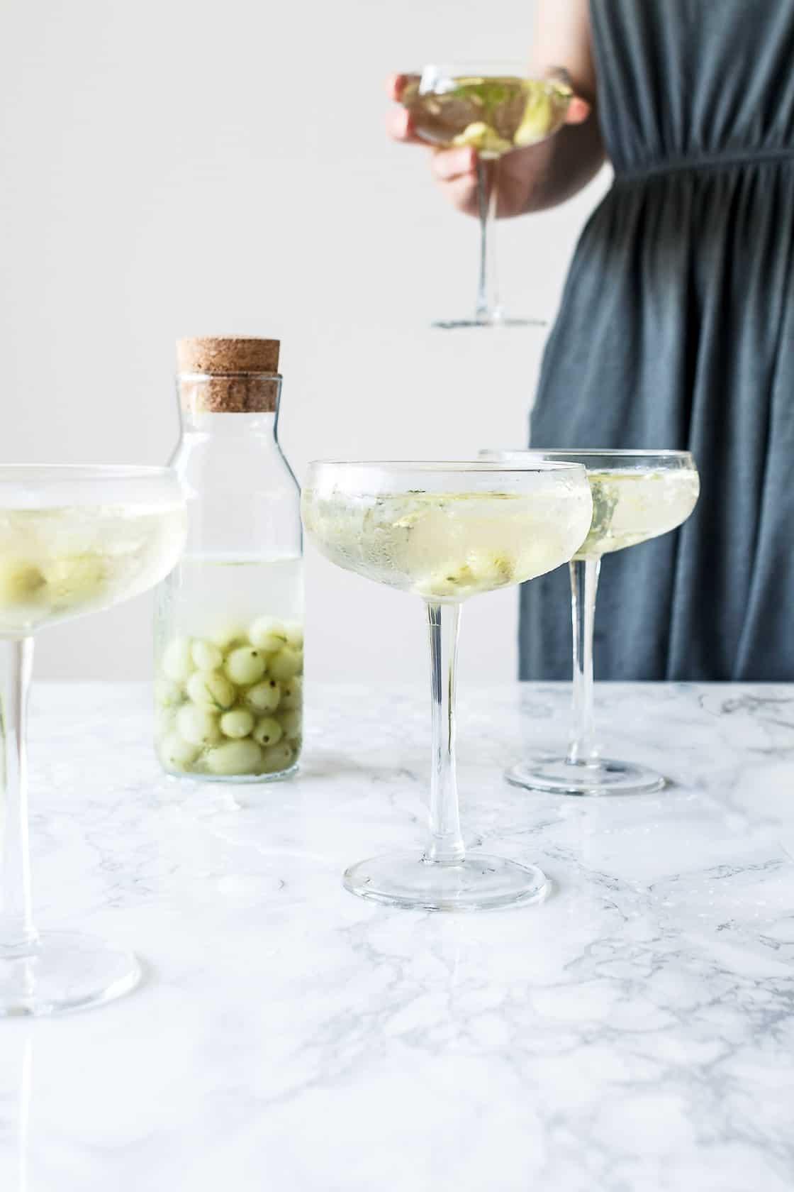 Hjemmelavet snaps med stikkelsbær, rabarber eller mojito + champagnedrinks