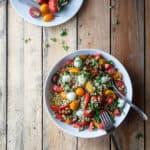 salat med jordbær, perlebyg, tomater og pesto