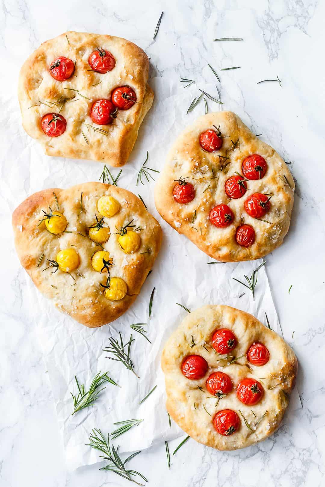Foccacia brød med tomat og rosmarin - opskrift på italiensk madbrød