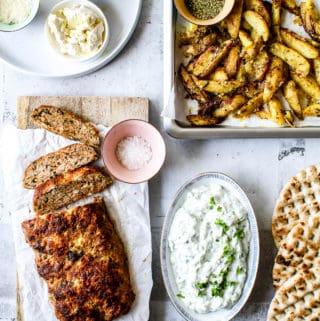 Græsk farsbrød med feta og soltørrede tomater kartofler og tzatziki - græsk mad opskrift