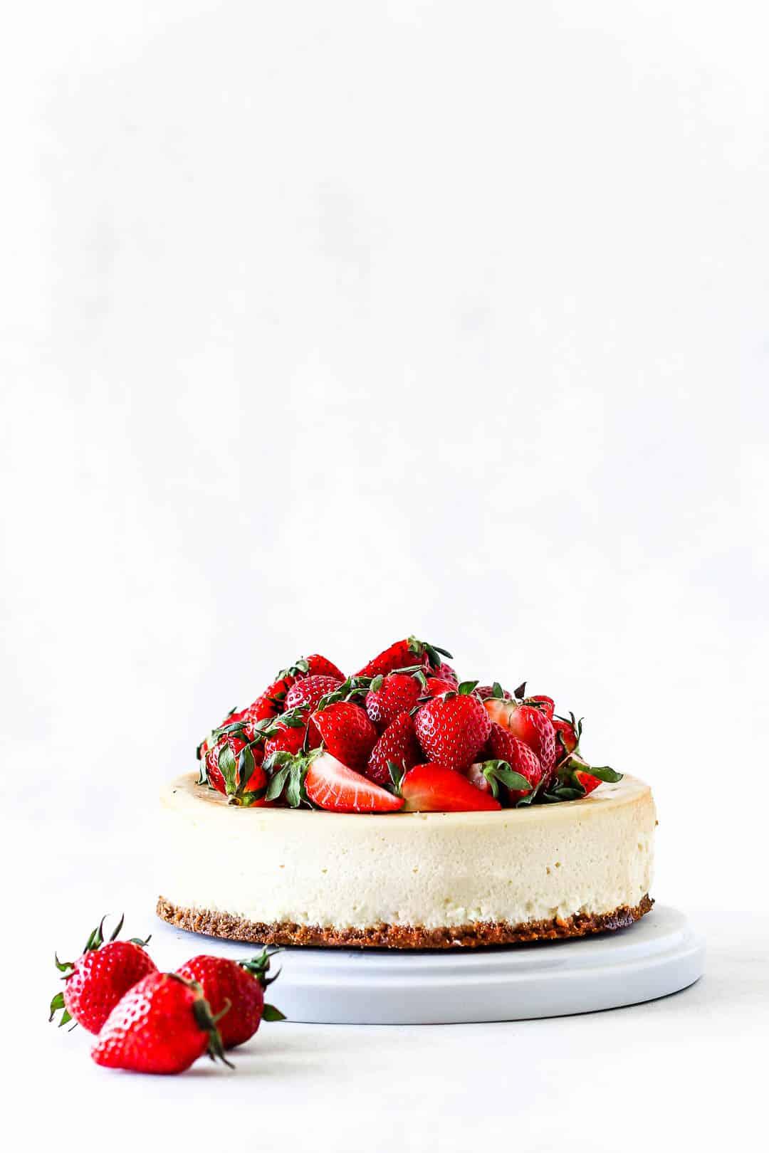 Cheesecake med jordbær - opskrift på nem cheesecake med bær