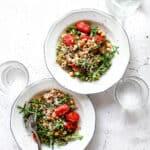 Salat med perlespelt, bagte tomater og feta - opskrift