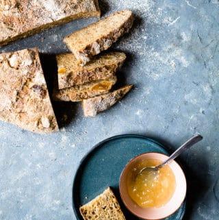 Brød med abrikos og solsikkekerner - opskrift på brød med tørret frugt