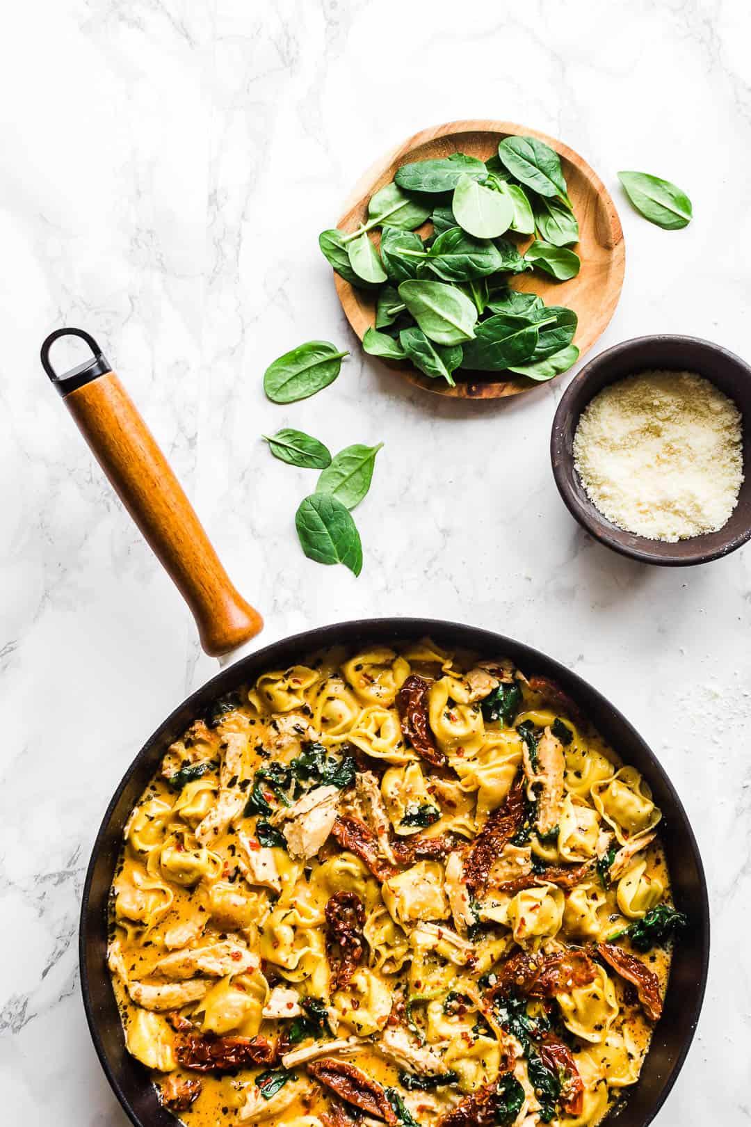 Tortellini med soltørrede tomater, parmesan, spinat og kylling-2