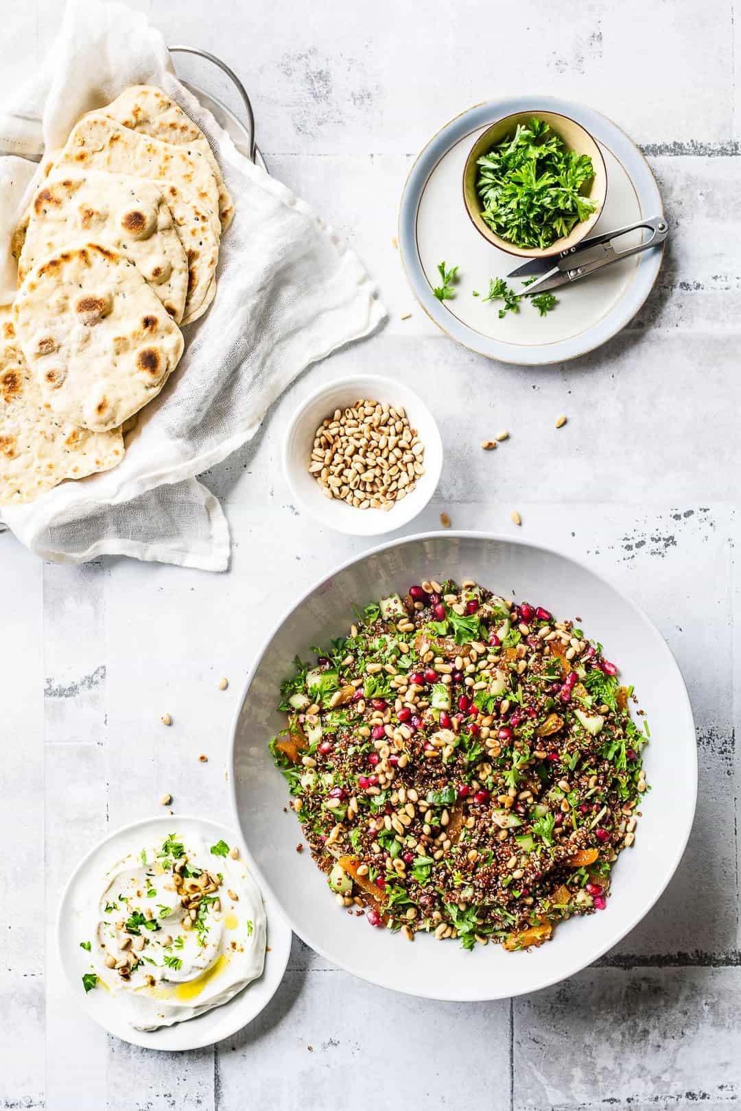 Quinoasalat med granatæble, abrikoser og citrusfrugter - opskrift quinoa