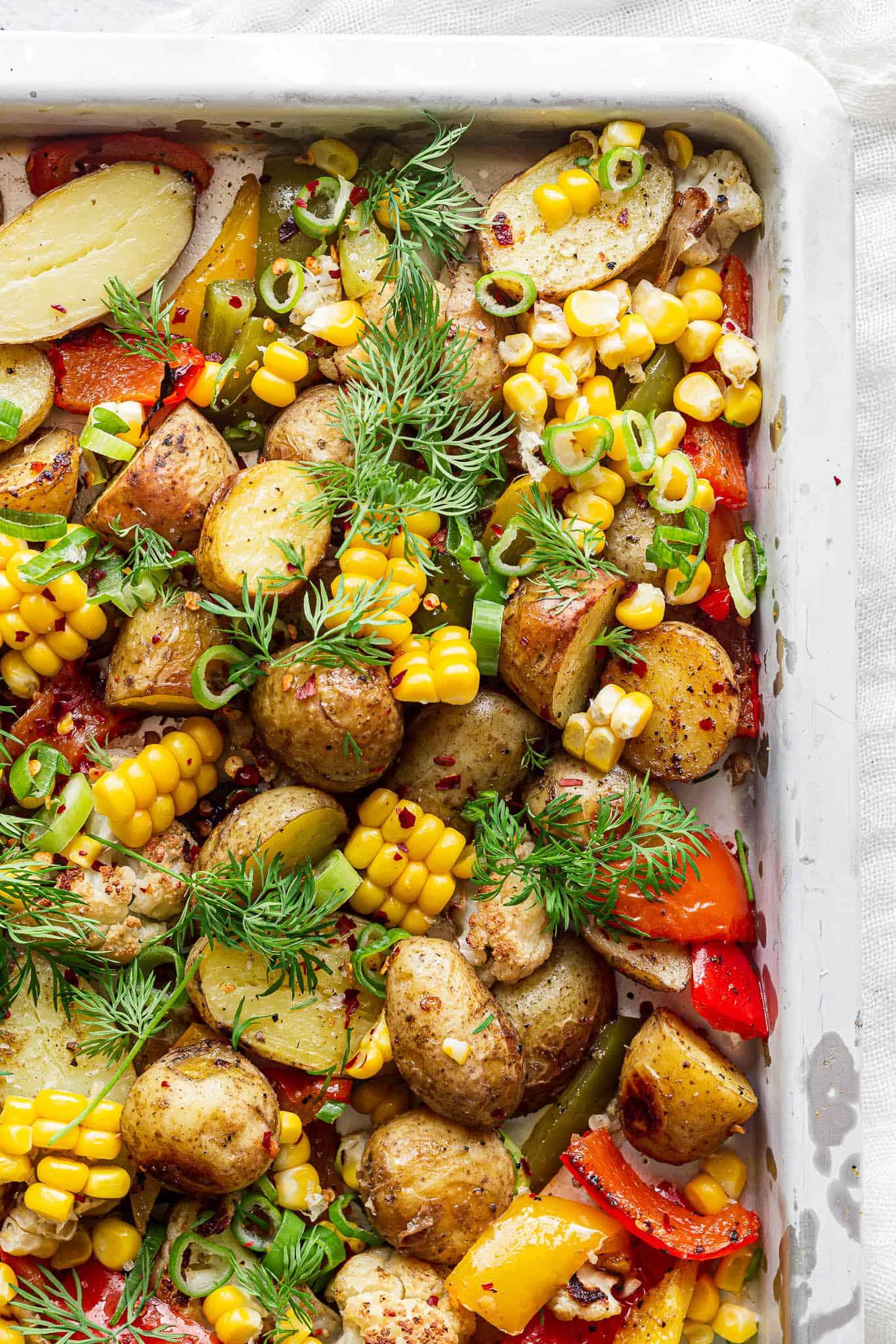 Ovnbagte kartofler, grøntsager og majs - opskrift på tilbehør