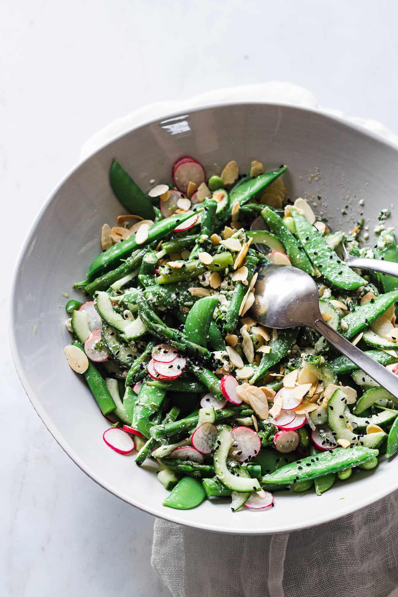 salat med asparges, ærter, radiser og feta