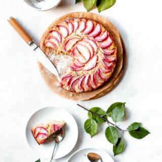 Æblekage med marcipan - opskrift på kage med æbler