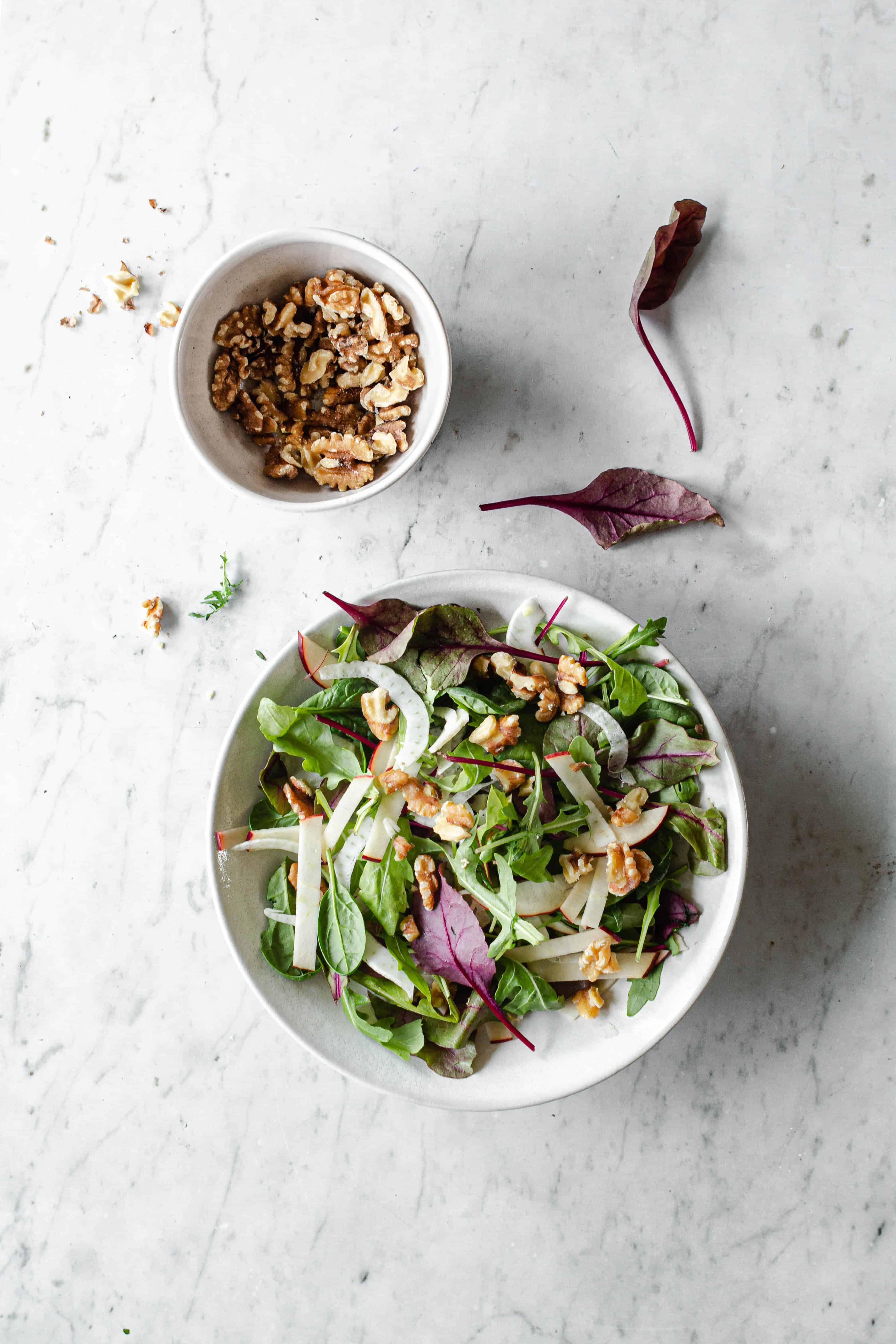 salat med æble, fennikel og valnødder