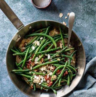 Grønne bønner med bacon - opskrift med grønne bønner på pande